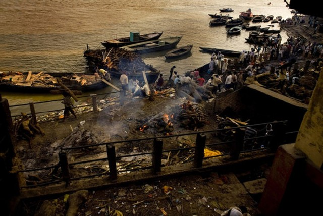 Rich-Joseph Facun - Cremation at the Manikarnika Ghat, Varanasi,