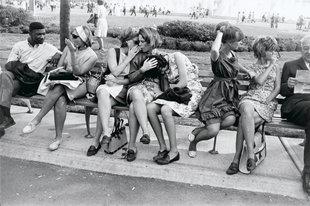 pair5_garrywinogrand_worldsfair