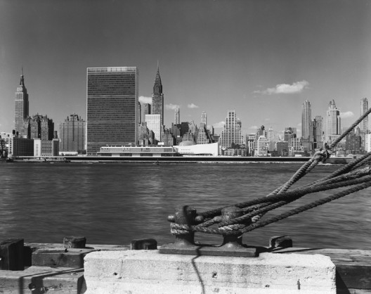 ezra-stoller-beyond-architecture_united_nations__international_team_of_architects_led_by_wallace_k-_harrison__new_york__ny__19-528x418