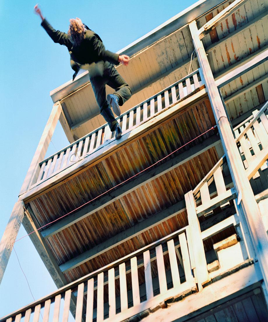 Омич упал с 4 этажа, добираясь до квартиры через балкон - аг.